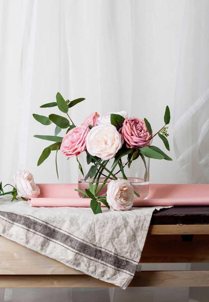 O vaso de vidro deixou à mostra os talos das flores, que aumentam a naturalidade do arranjo
