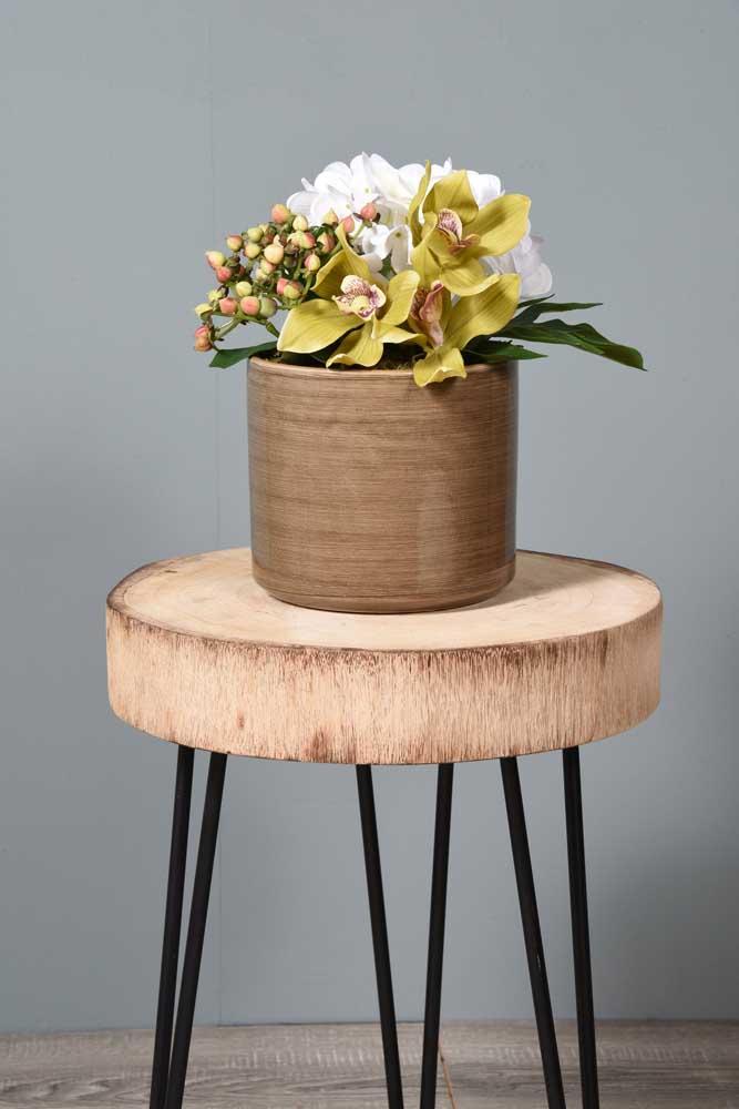 O vaso em madeira forma um contraste com as flores do campo; uma ideia simples e bonita para cozinhas, salas de estar e aparadores