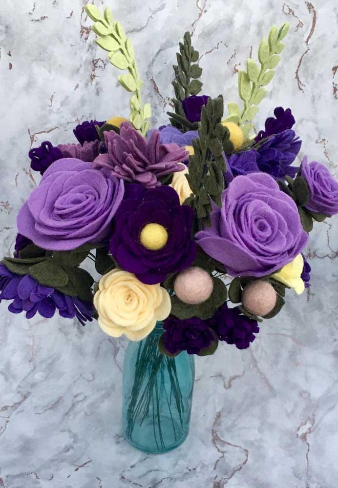 Flores em feltro mostrando que é possível o uso de diversos materiais nos arranjos de flores artificiais, sem perder beleza e delicadeza