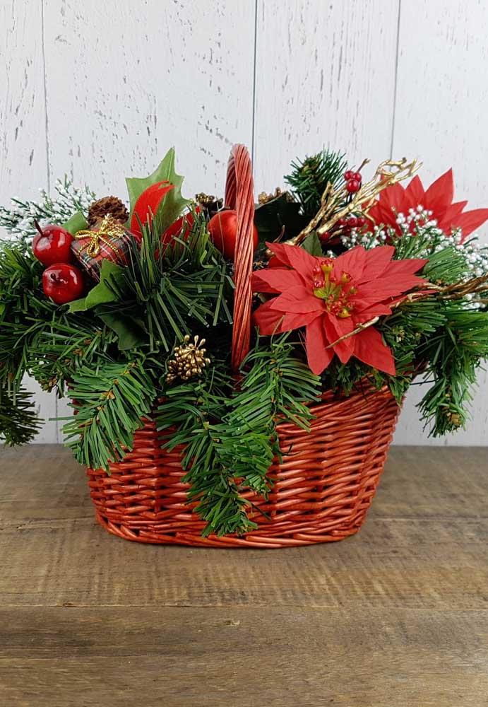 Cestas também recebem bem arranjos de flores artificiais