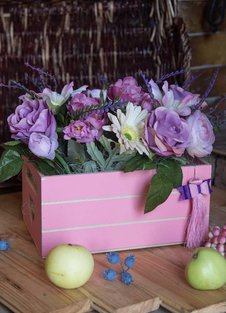 Caixas, assim como os cachepôs, podem receber um número a mais de flores, favorecendo arranjos maiores e que podem ir no chão