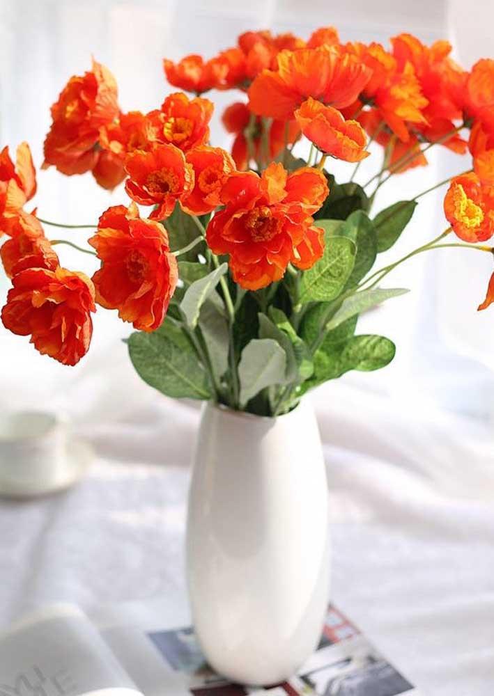 O branco do vaso pequeno ressaltou a vibração das delicadas flores na cor laranja