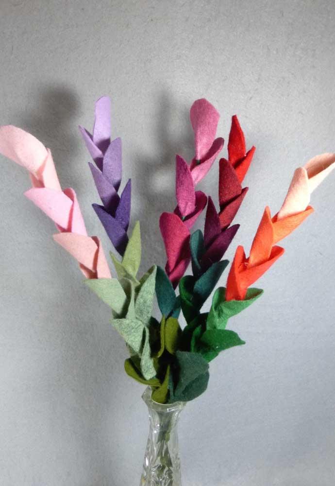 Detalhes de um arranjo em feltro para vaso de solitário