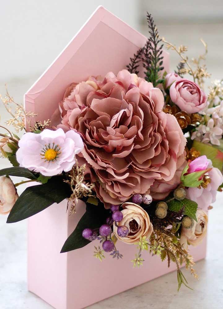 A caixa no estilo envelope recebeu as flores artificias super bem