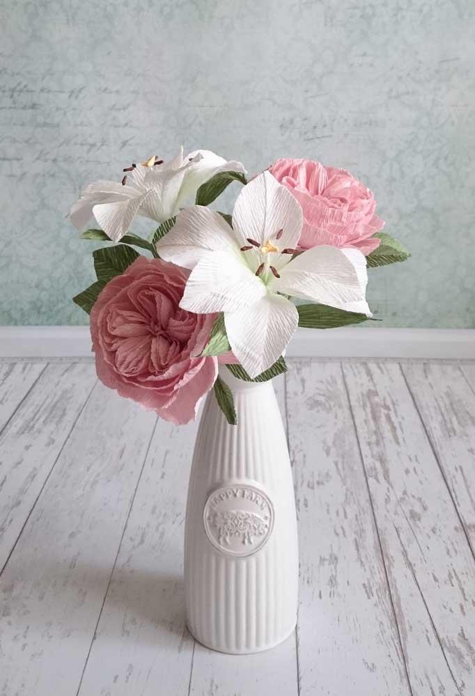 O clássico nunca sai de moda: aqui o vaso ficou perfeito com a escolha de flores