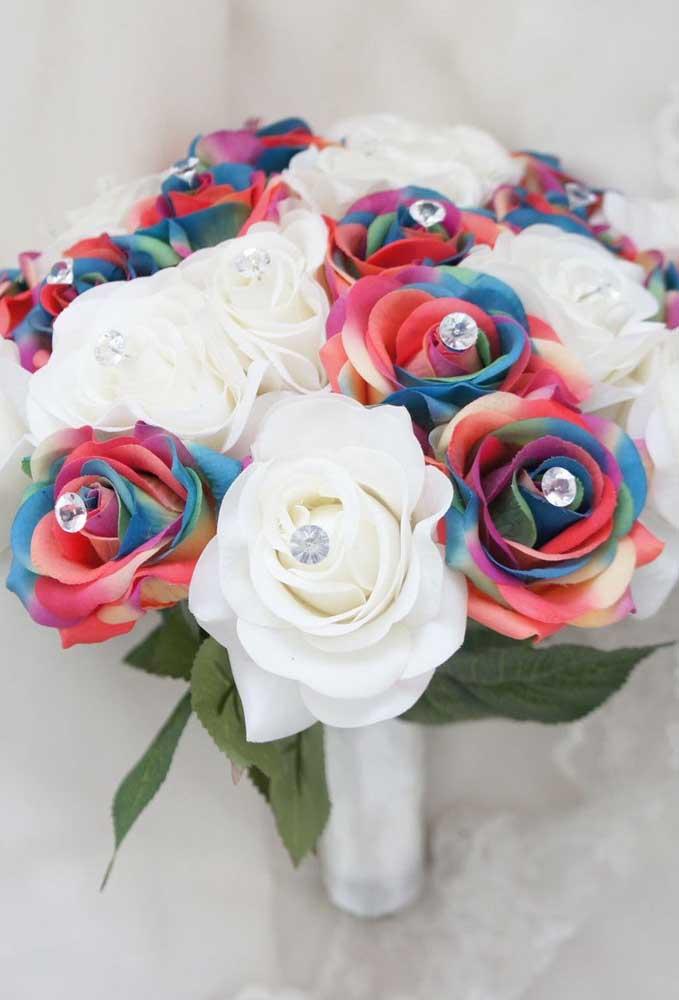 Buquê com pétalas em tecido, com detalhes coloridos e pedras; esse é para casar!