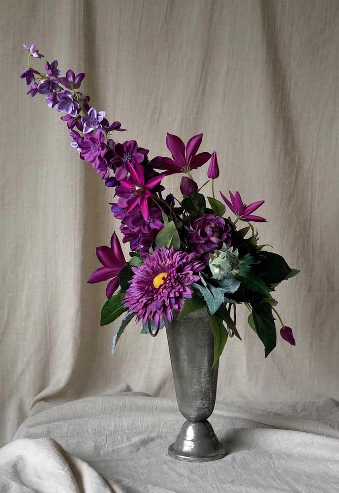Taças e copos também fazem bem o papel de vasos para os arranjos artificiais