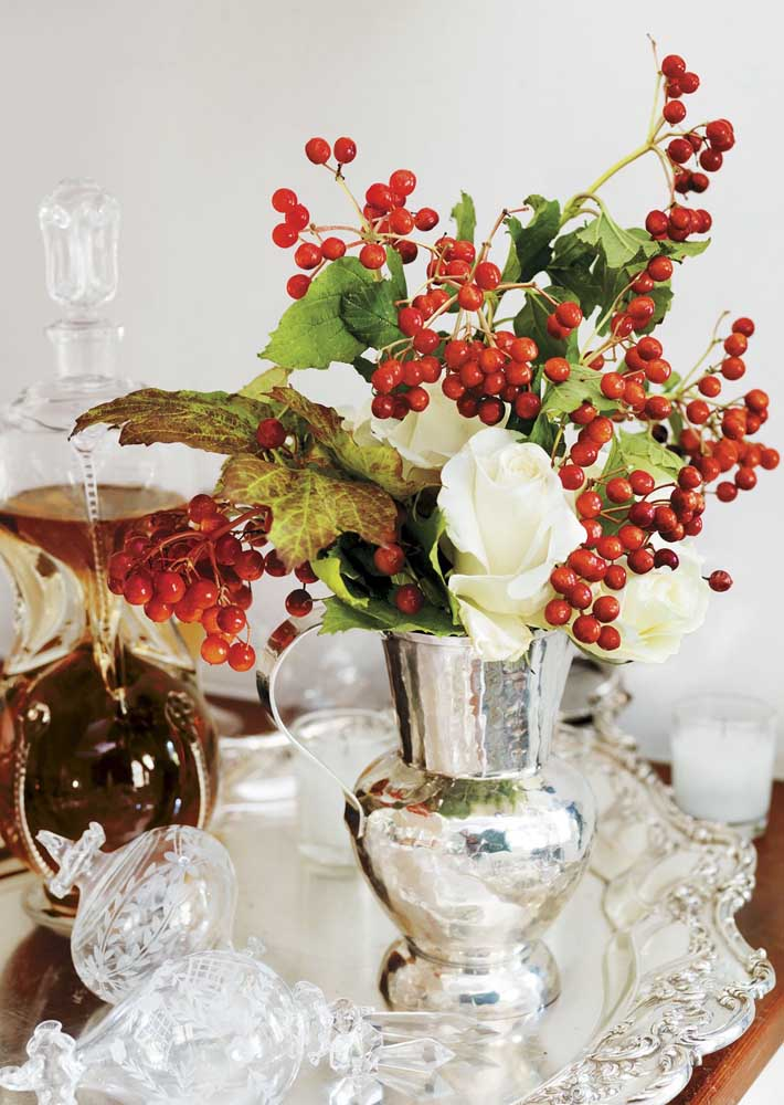 Existem diversos tipos de flores e materiais no mercado para você escolher a partir daquilo que mais combina com a sua casa