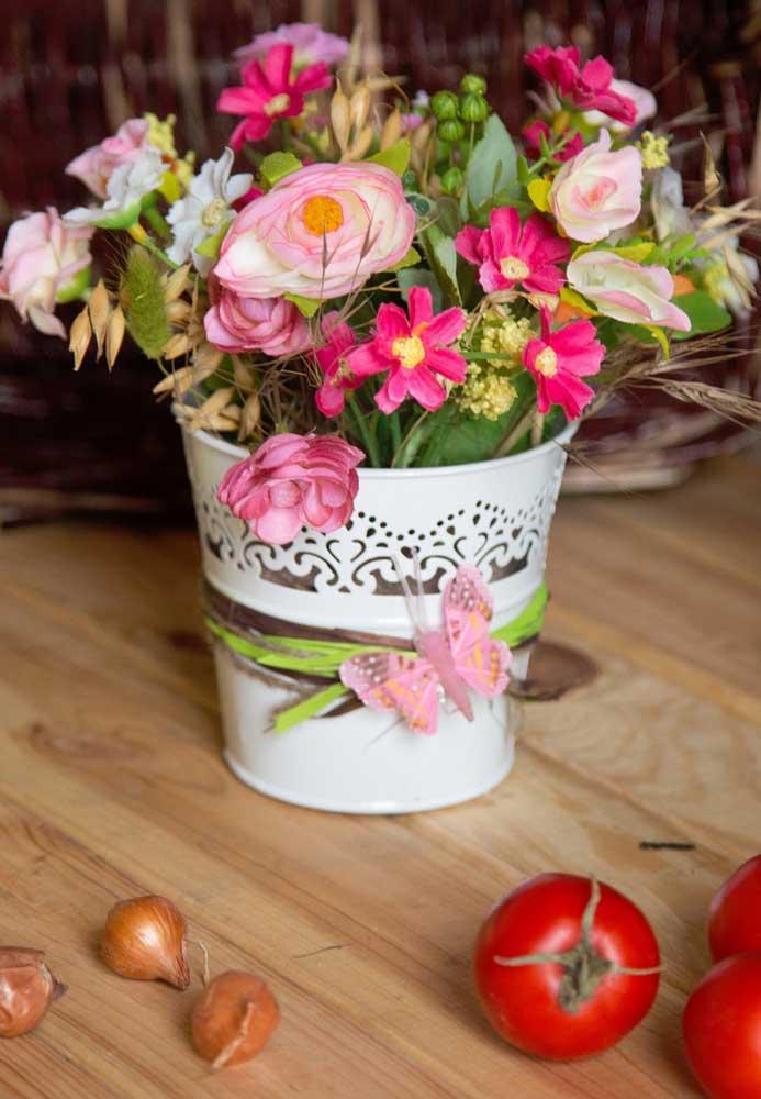 Latas também comportam bem arranjos de flores artificiais