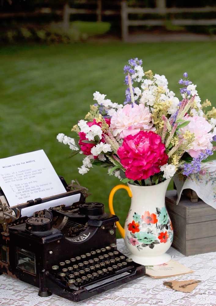 Amamos detalhes rústicos e provençais: aqui, as flores artificiais ganham vida no pequeno jarro também em flores