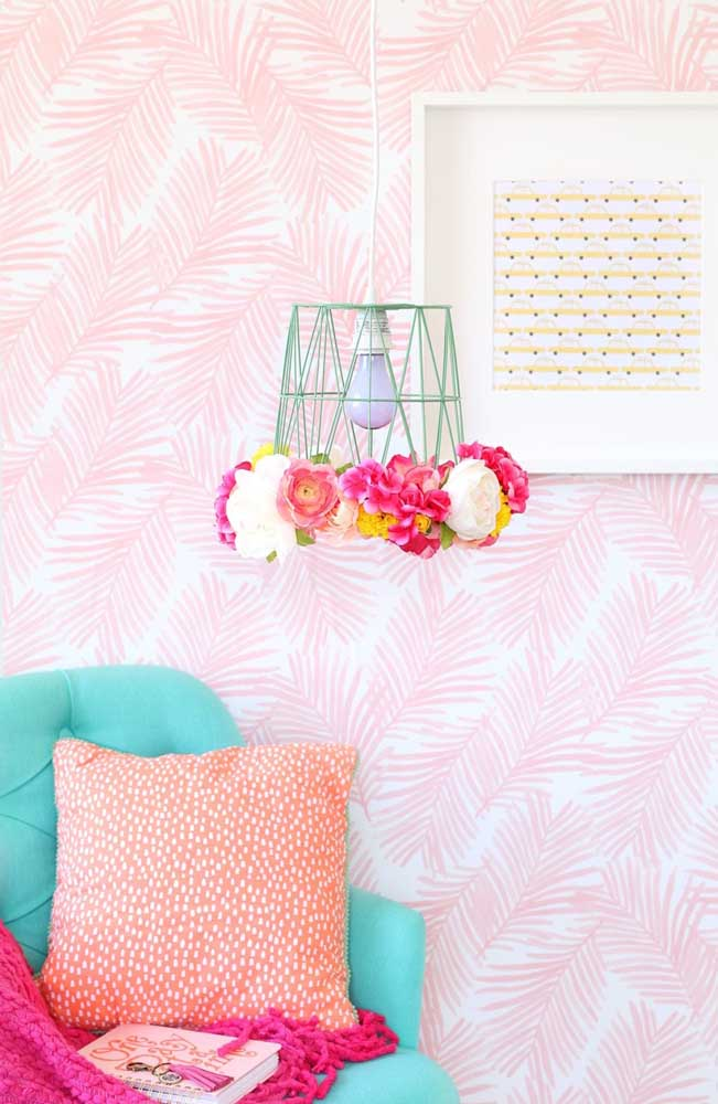 Encha a luminária de flores para deixar o ambiente mais harmonioso.