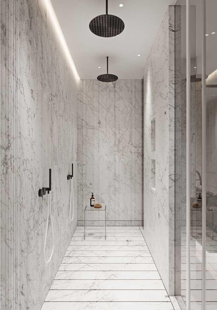 Olha como a cor neutra ficou perfeita nesse banheiro de luxo grande.