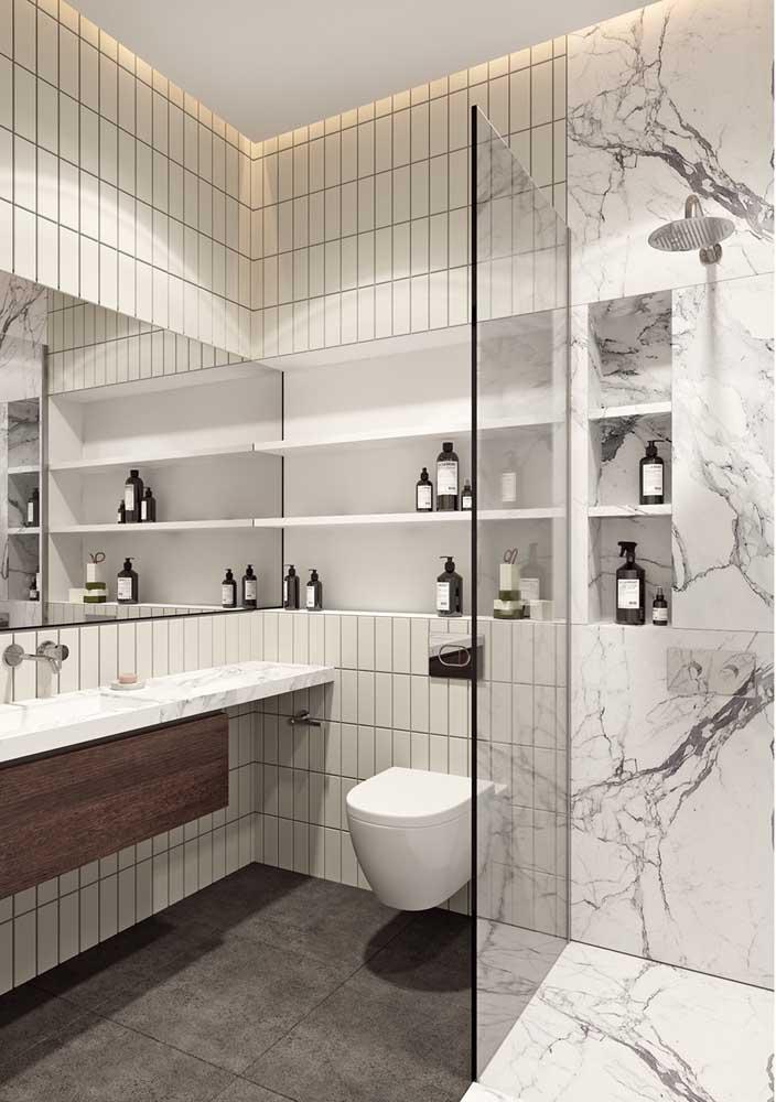 Use diferentes revestimentos para separar os ambientes do banheiro.