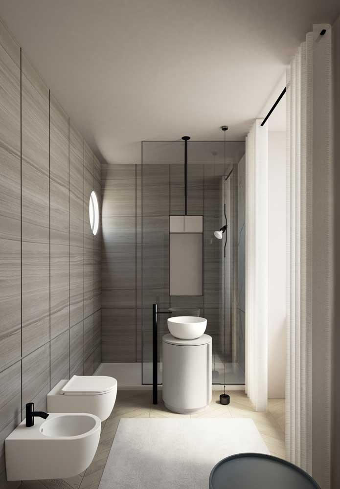 Faça um banheiro de luxo sem precisar usar itens decorativos.