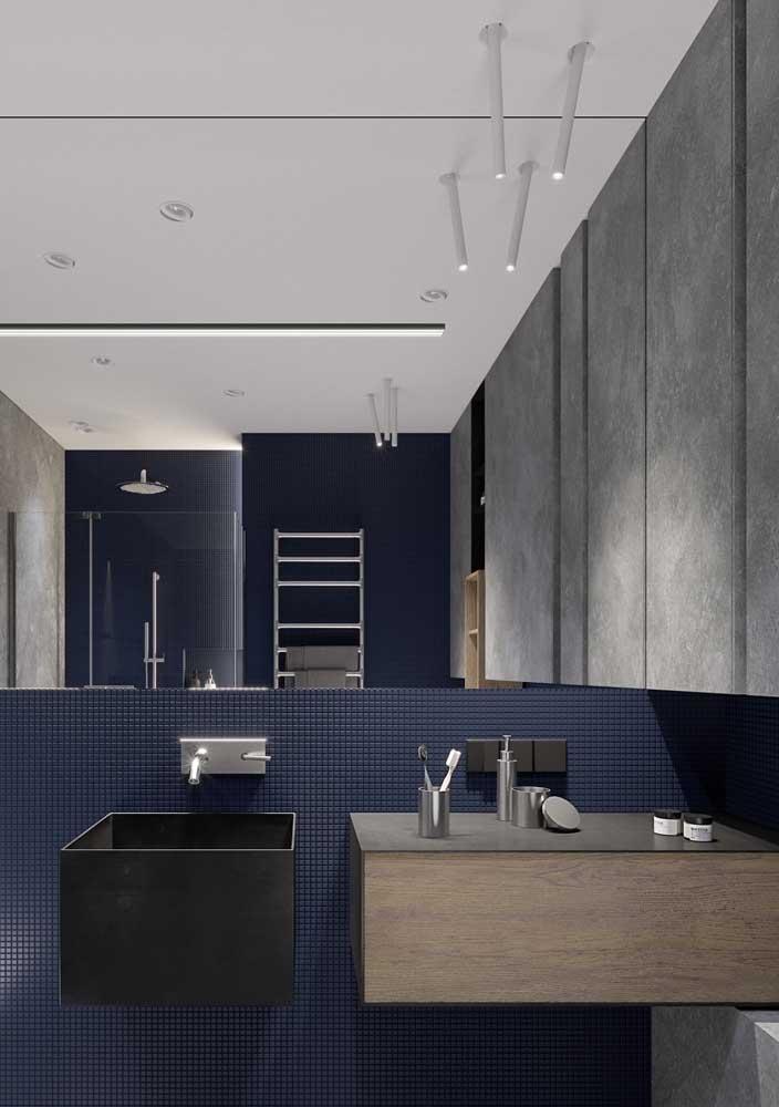 A combinação das cores azul e cinza é para quem deseja um banheiro luxuoso e moderno.
