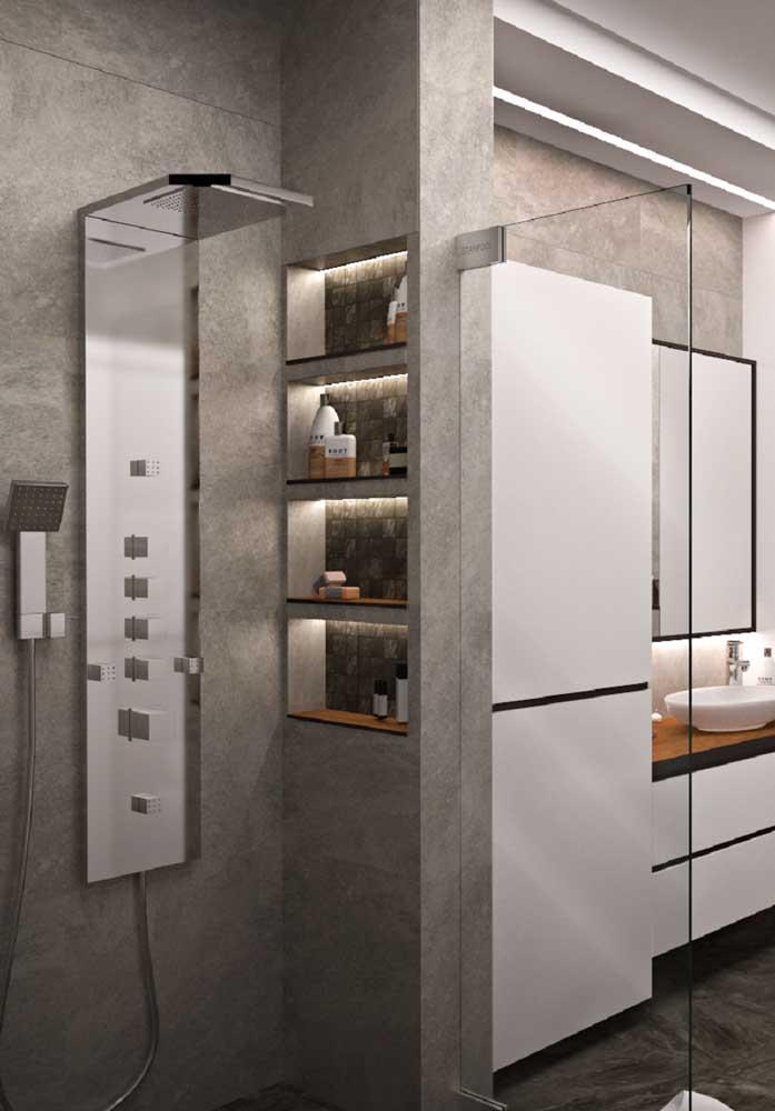 Olha como a iluminação faz toda a diferença na decoração do banheiro de luxo.