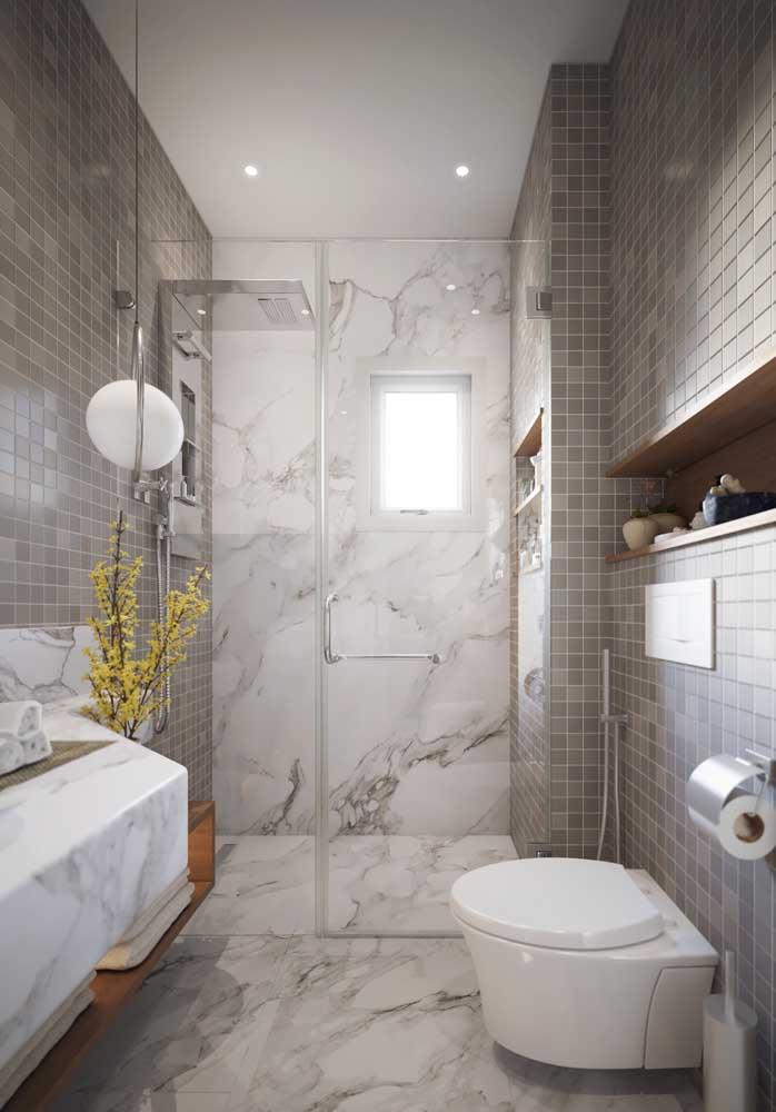 Para ter um banheiro de luxo pequeno, basta saber combinar os itens decorativos.