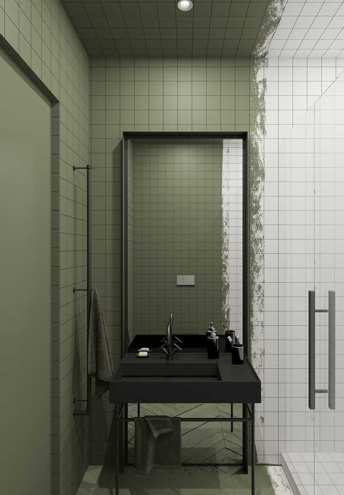 De um lado uma parede branca, do outro uma parede verde.