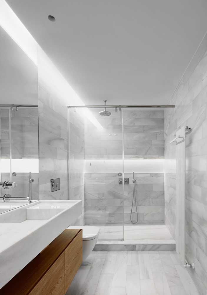 Se você deseja ter um banheiro bem espaçoso, escolha cores mais claras.