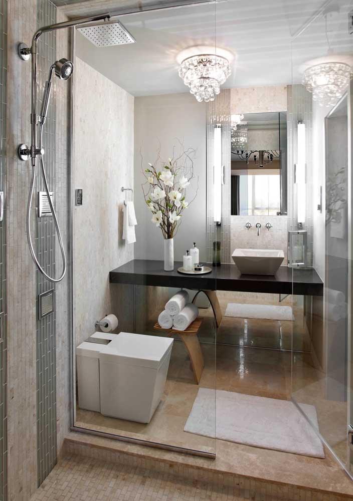 Você pode e deve usar um lustre para deixar o banheiro mais luxuoso.