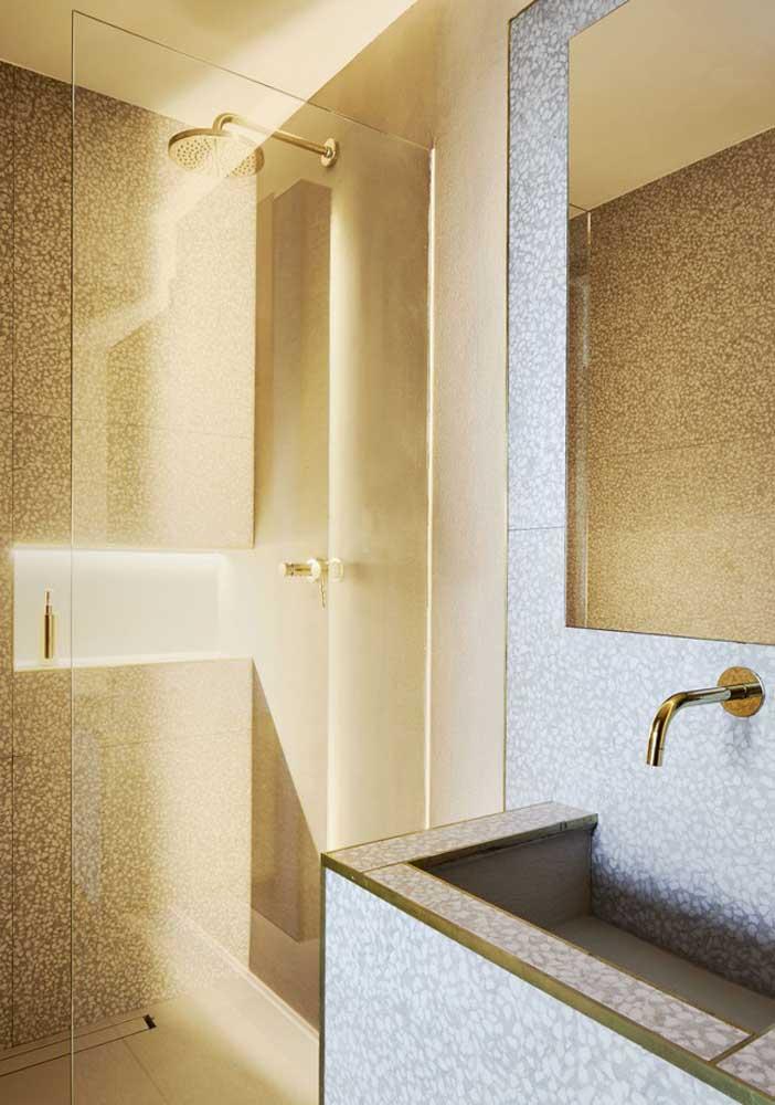 Que tal apostar na cor dourada para decorar o banheiro?