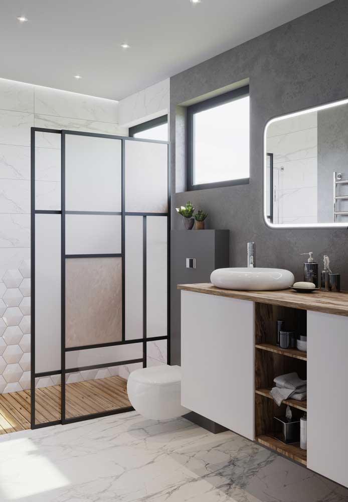 A escolha dos móveis e elementos decorativos são importantes para obter um banheiro de luxo.