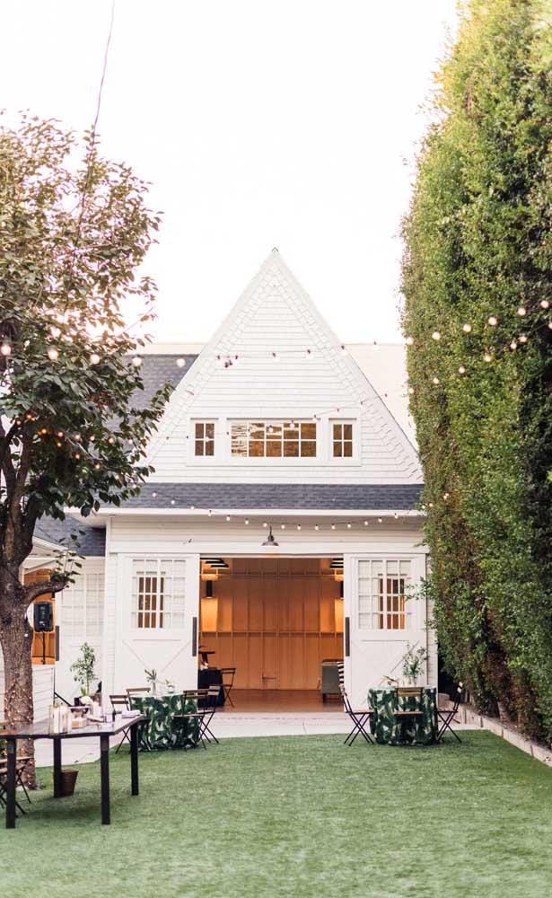 Festa de bodas de prata no quintal de casa; ótima opção para quem quer economizar