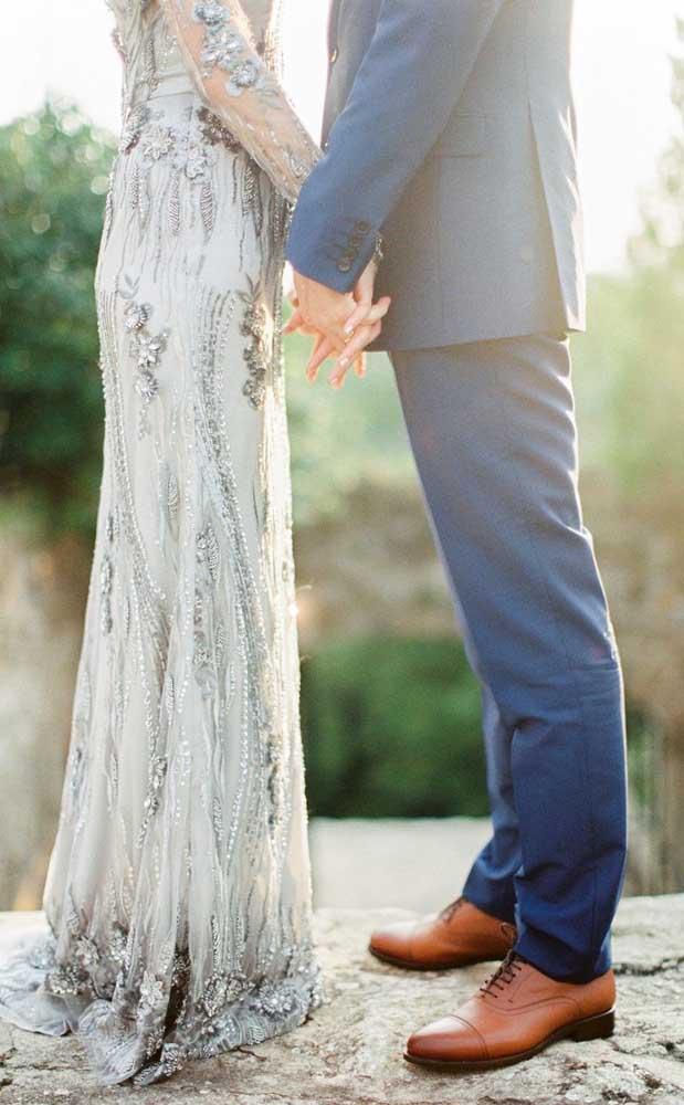 Vestido prata para ela e um terno elegante para ele!