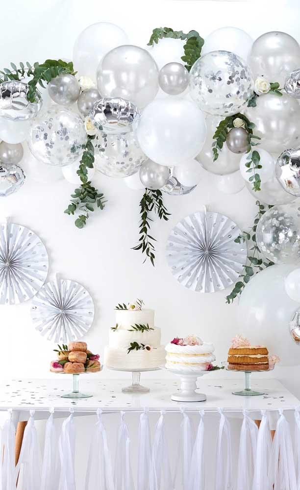 Olha que opção simples, econômica e super bonita de decoração de bodas de prata feita com balões e enfeites de papel