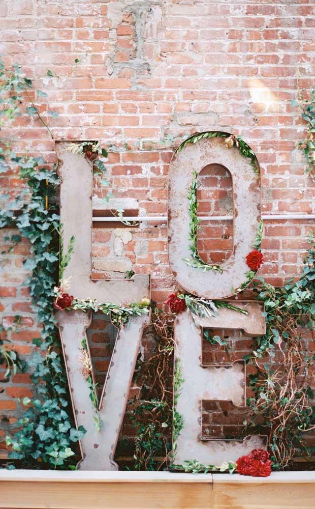 O letreiro com a palavra amor não deixa dúvidas de como a data é especial