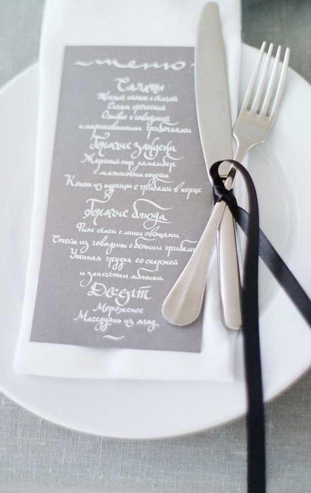 Menu pomposo e elegante para a mesa dos convidados