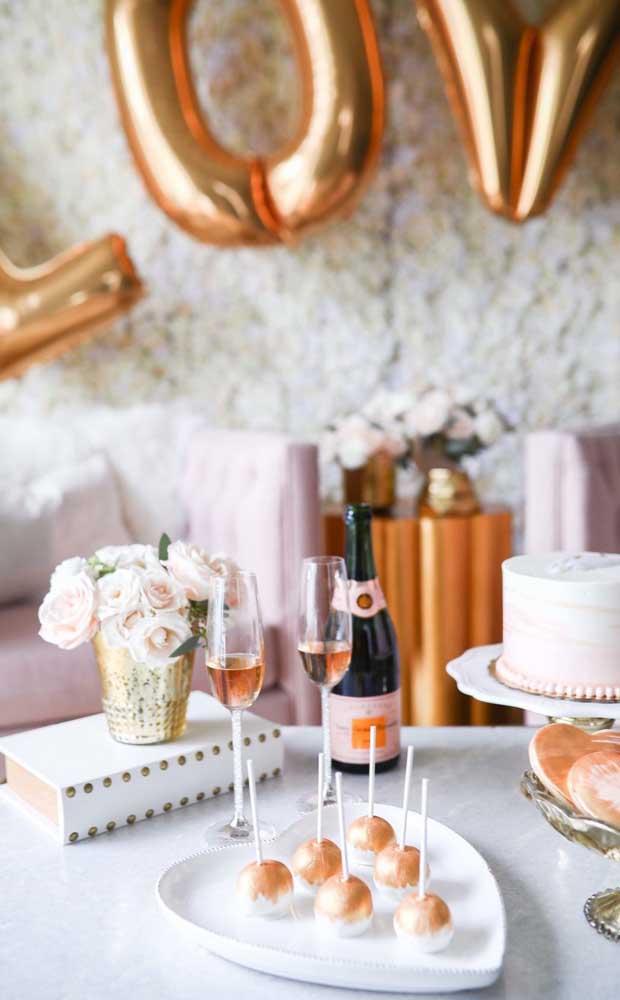 Festa de bodas de prata feita em casa; no menu, aperitivos e espumante
