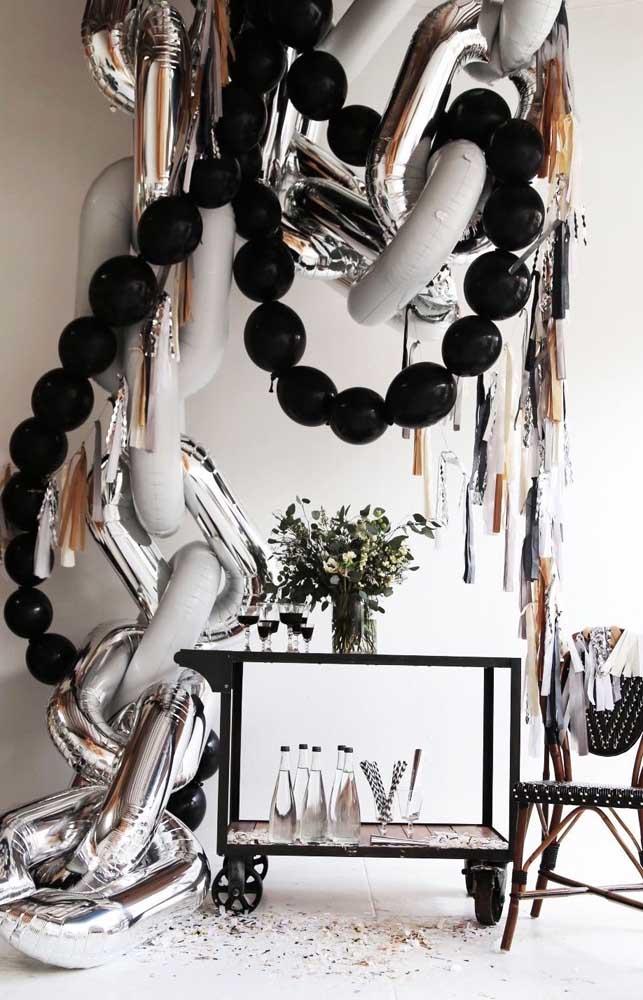 Elegância e modernidade nessa festa de bodas de prata decorada em tons de branco, preto e prata