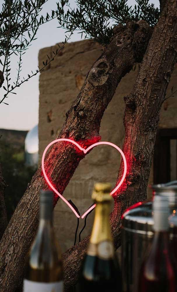 Um coração iluminado para destacar a importância da festa