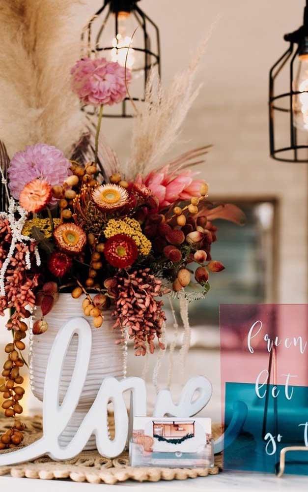 Flores rústicas compõe essa romântica decoração de bodas de prata
