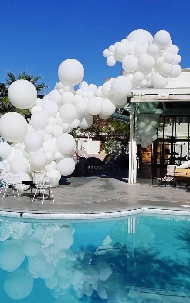 Olha só o que um simples arco de balões brancos pode fazer pela sua decoração