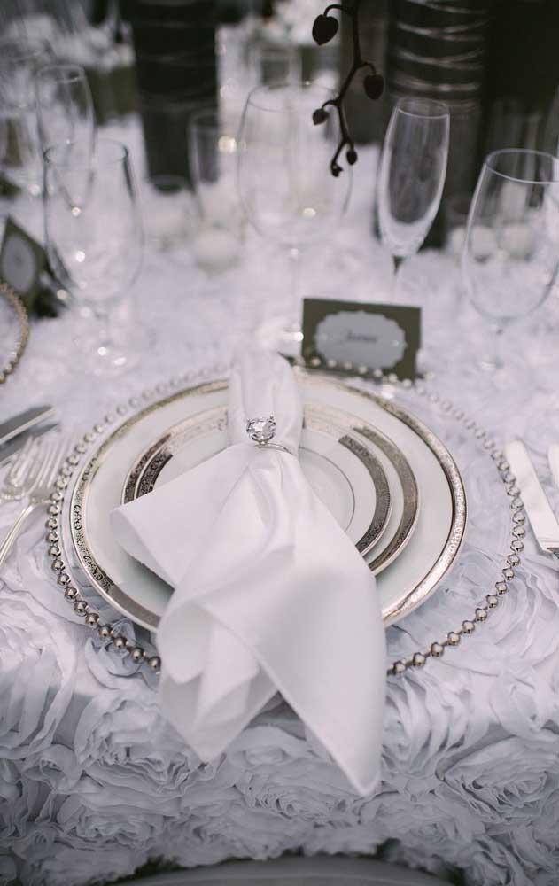 Já aqui em compensação, o branco e o prata vêm com força total em uma mesa posta chiquérrima!