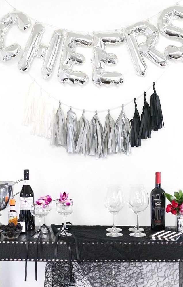 Toda a elegância de uma festa bodas de prata em branco, prata e preto