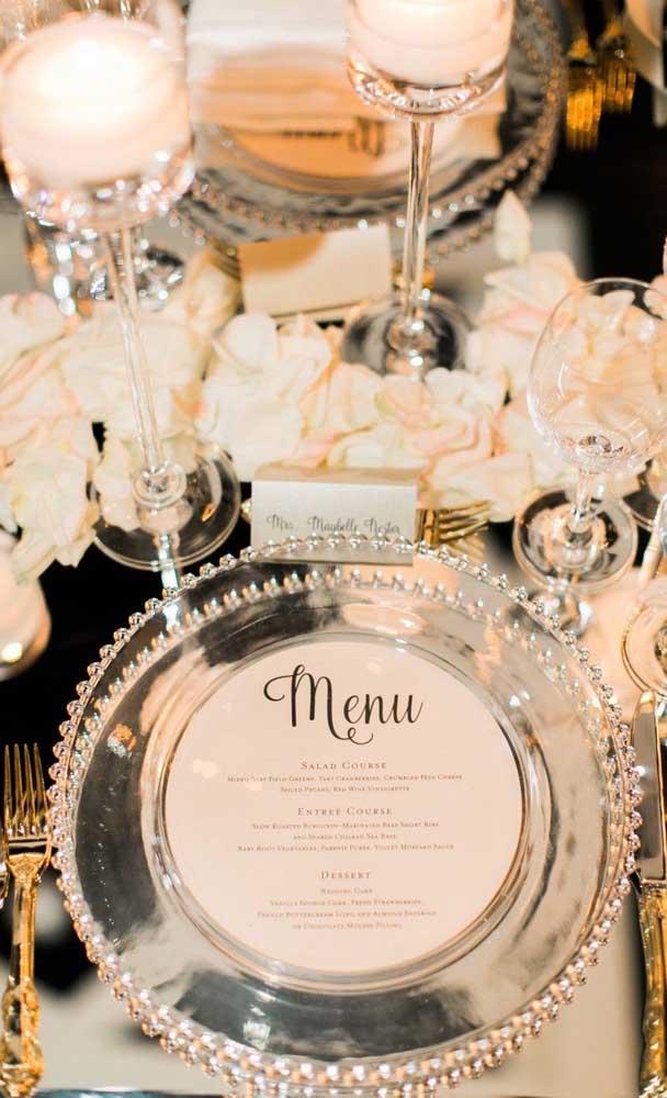 A iluminação das velas confere um clima todo especial para a festa de bodas de prata