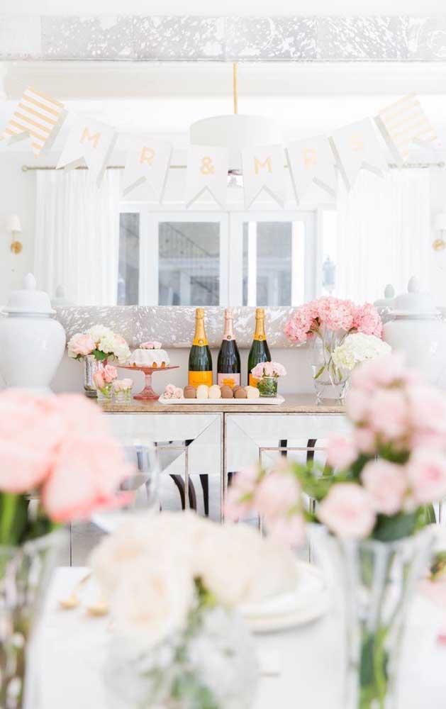 Decoração simples, romântica e delicada para o casal comemorar os 25 anos de casados