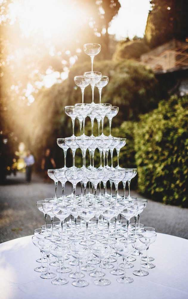 A tradicional pirâmide de taças decora essa festa de bodas de prata
