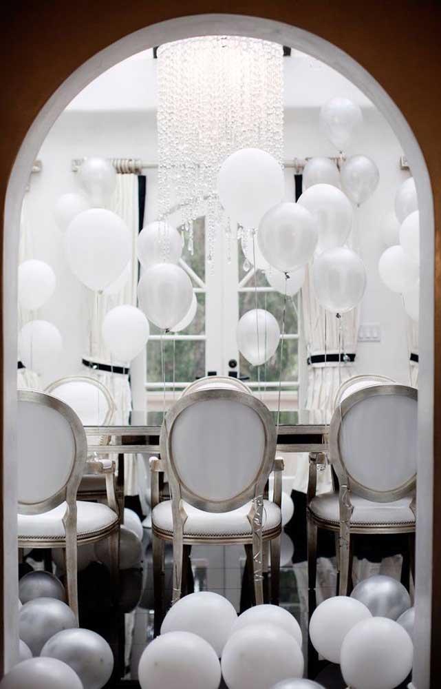 Quem disse que festa em casa não tem graça? Olha com ficou linda essa sala de jantar decorada com balões