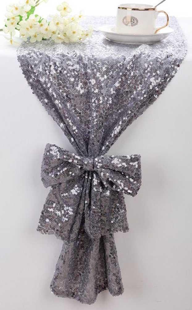 Uma toalha cheia de brilho para decorar a mesa da festa de bodas de prata