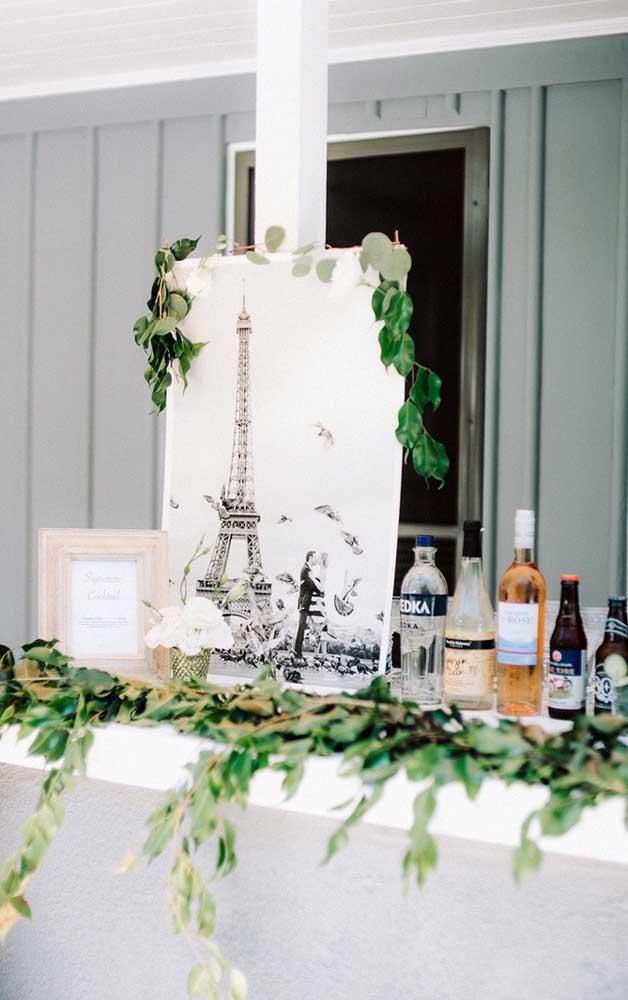 Bar da festa de bodas de prata decorada com ramos de folhas