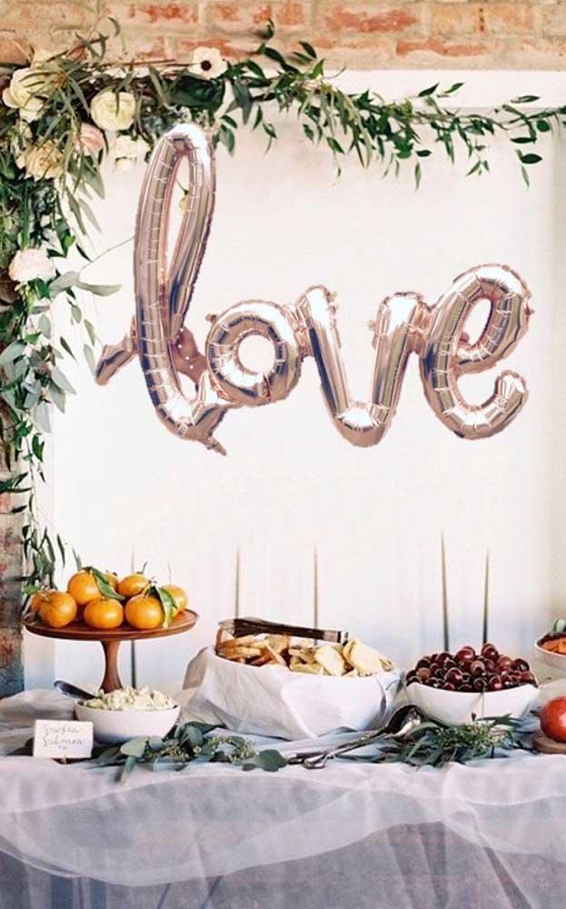 Mesa de frutas, queijos e pães para os convidados se servirem a vontade