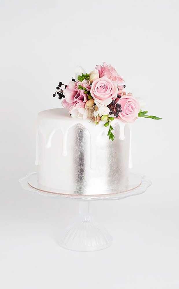 Bolo simples de bodas de prata decorado com flores