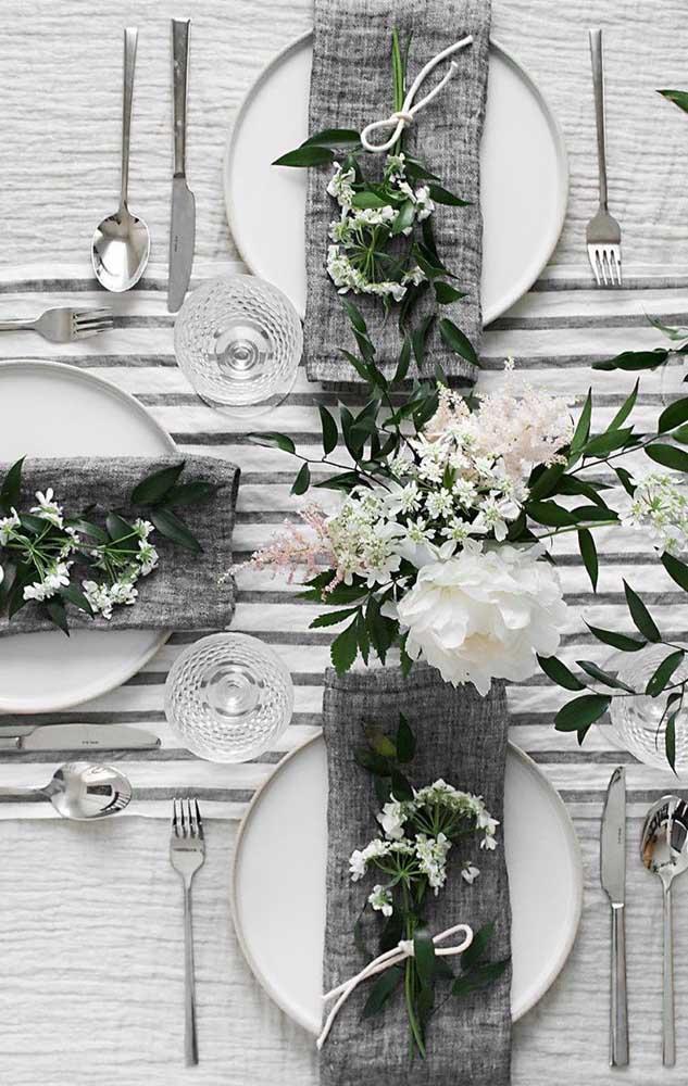 O cinza também integra a decoração da festa de bodas de prata