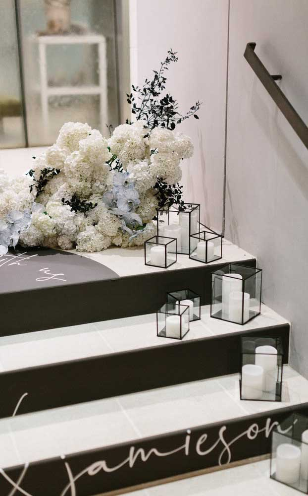 Flores e velas na entrada da festa de bodas de prata