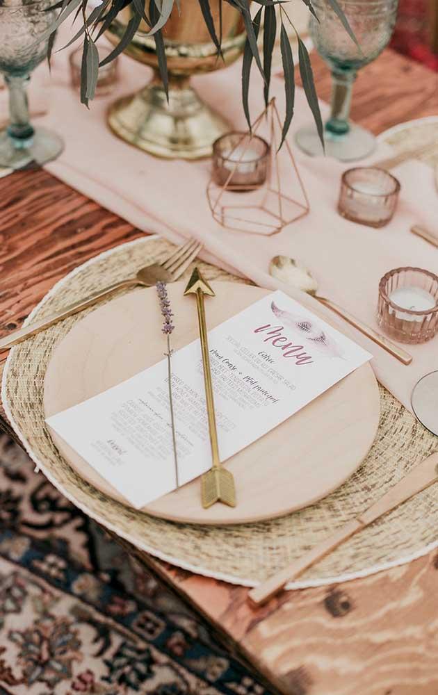 A cor do amor, o rosa, invadiu a decoração dessa festa de bodas de prata em estilo mais rústico