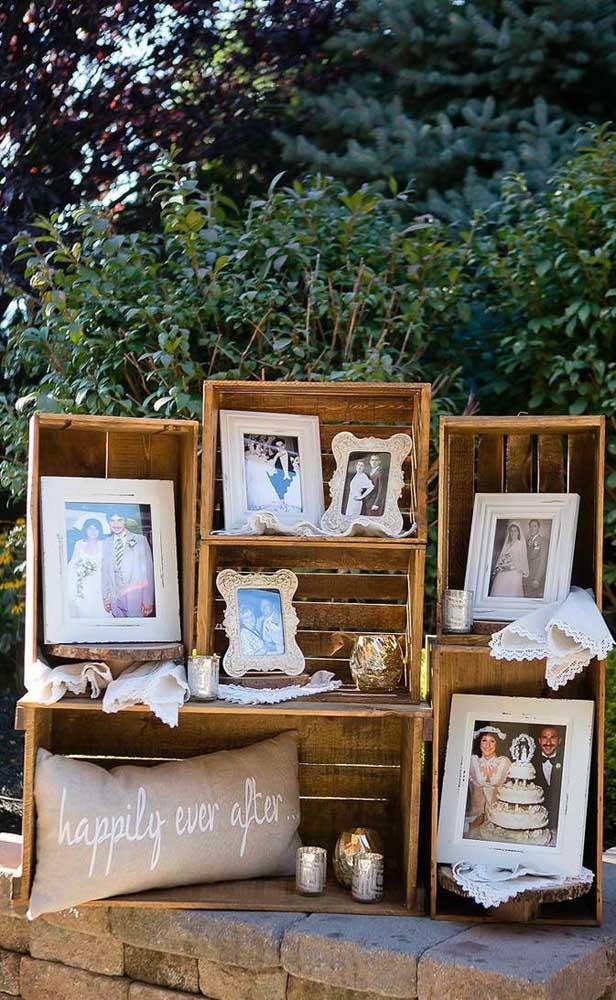 Que ideia linda! Caixotes de madeira se transformaram no expositor de fotos do casal